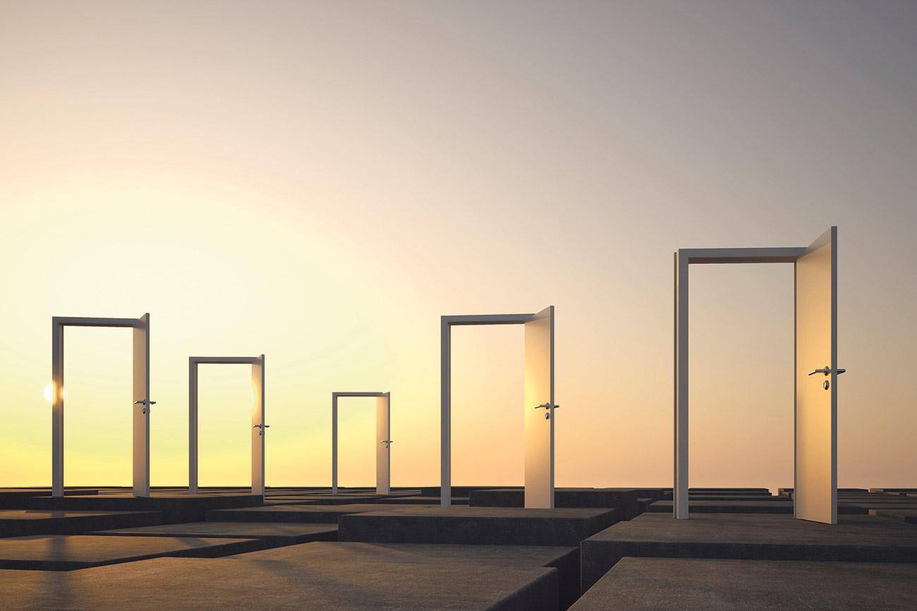 In einem offenen Gelände stehen mehrere Türen weit offen.