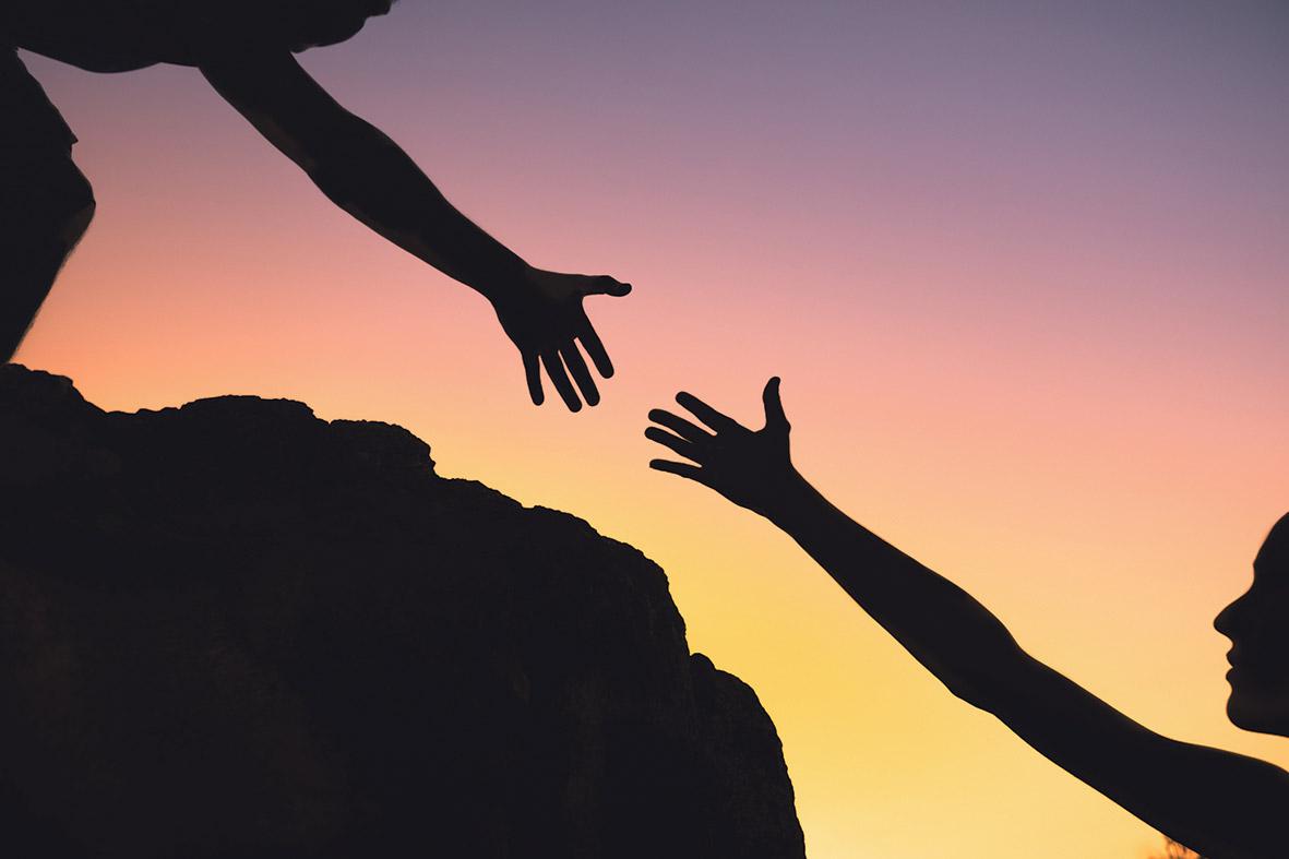 Zwei Hände greifen nach einander. Thema: Chancen und Risiken