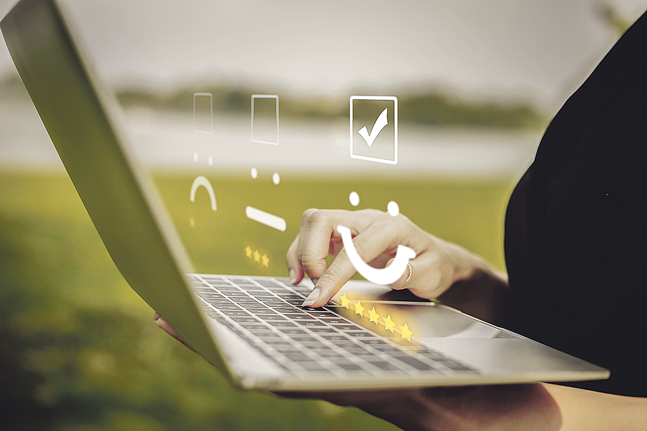 Laptop mit Bewertungssystem; Thema: Fin- und InsurTech