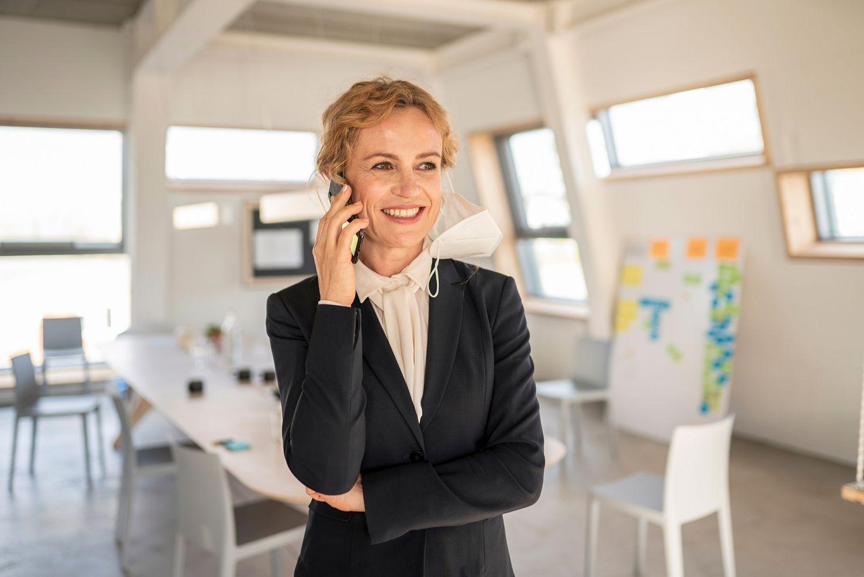 Eine Frau telefoniert