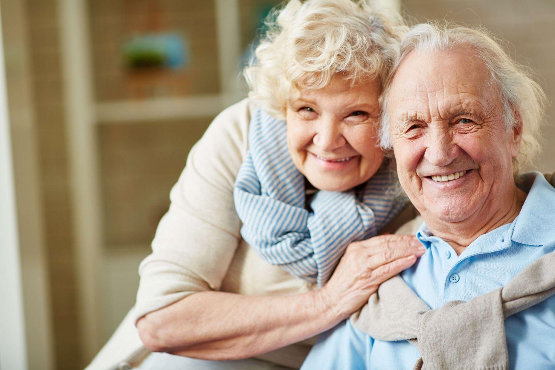 Ein älteres Ehepaar lächelt glücklich