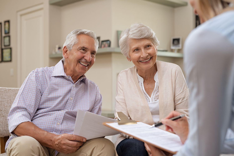 Älteres Ehepaar mit einem Berater. Thema: Drei Säulen der Altersvorsorge