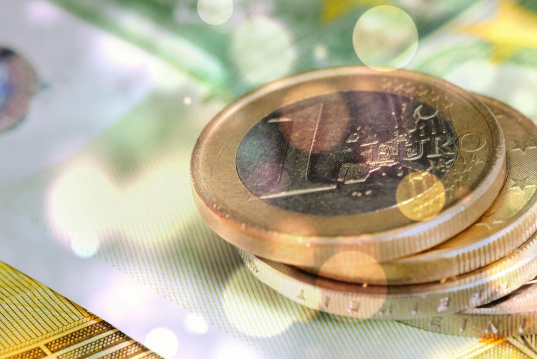 Euro-Münzen auf einem Geldschein