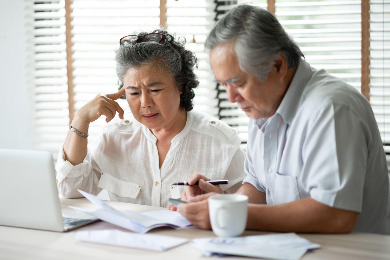 Paar, das sich über seine Altersvorsorge Gedanken macht